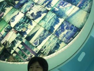 テーブルは鏡になっていて、天井にある四季折々の風景写真が見られる仕組み。
