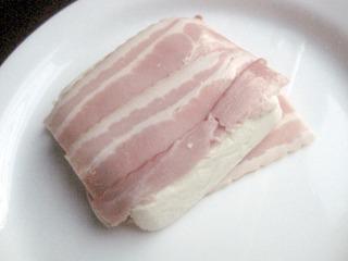 ベーコンはペーパーをはがした状態がサマになってる。豆腐とかなりの一体感