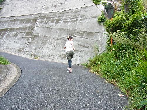 急な坂道 駆けのぼったら 今も海が 見えるでしょうか