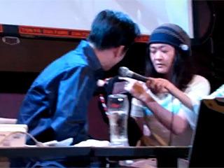 乙幡が鼻の穴を押し込み、染五郎氏の声を録音中。