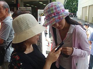 最近の携帯電話で、効率的な詰め方を検索する同行者達。はじめてスマートフォンが欲しくなった。