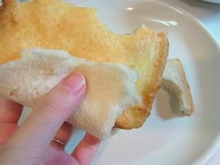 今度は食パン部分をちぎって食べる