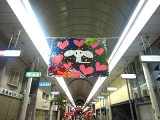 有名アーティストのMAYMAXXさんが、今治出身なんだそうで、商店街のアーケードに、何枚も何枚も、生絵が無造作に飾ってありました。ちょっとびっくりしました。