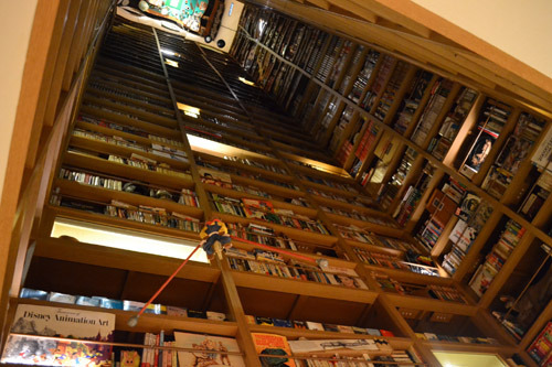 天井までびっしりつまった蔵書