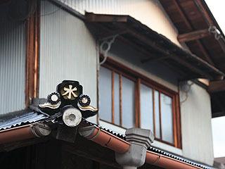 神社の脇にある家の鬼瓦は「水」。燃えないようにだろうか。