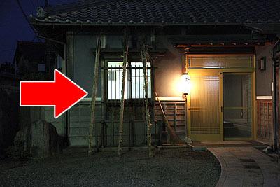 道中撮った写真。各家庭に立てかけられている棒、これはなんだろう。
