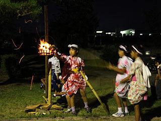女子も火遊びである。女子小学生の火遊び。