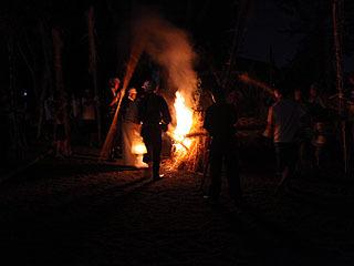 あっという間に大きな炎が立ち上がる。