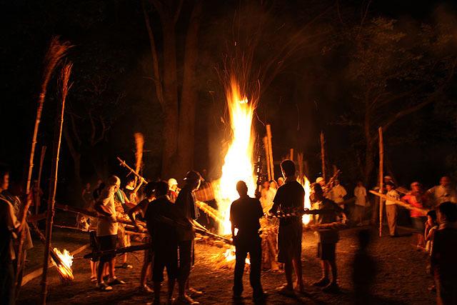 周りの人が、持っていた棒を火に突っ込む。アレはやはりたいまつだったのだ。