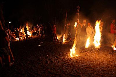 長いたいまつに火を付けると歩き出す。ちょう燃えてる。