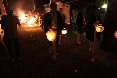 神事を行っていた人たちは提灯を持って移動。