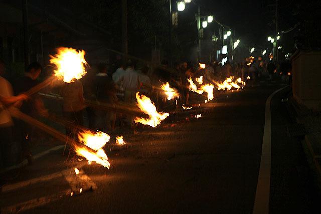 普通の道路で、延々連なる炎の列。なんだこりゃ。