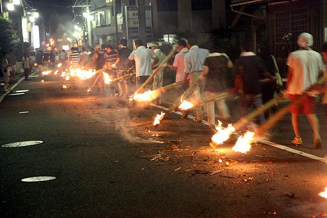 燃えかすとか普通に道に散らばっている(くすぶったり燃えてたりする)。