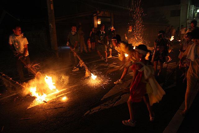 叩けば当然火の粉が舞うが、素足の子供たちは熱くないんだろうか?