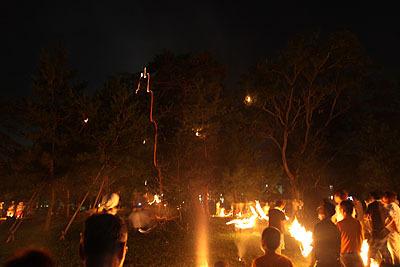 終盤になるとあちこちで枝が燃えている。