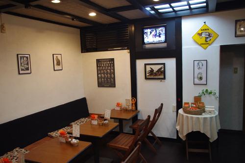 壁に猛禽類関連の絵やポスターが飾られた店内。