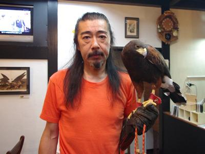 今回お話うかがった佐々木さん。左手の鷹が絵になる!