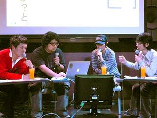 「間取り図ナイト」の舞台上。左から2番目が森岡さん。向かってその右隣は大塚さん。そのとなりがぼく。赤い人はカルカル店長横山さん。