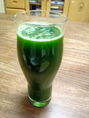 生絞り青汁。メロンソーダ以上に緑色だね・・・