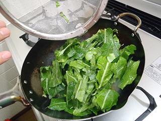最後にケールの葉を入れて炒め合わせて、葉に火が通った感じになれば出来上がり。ああ、簡単。