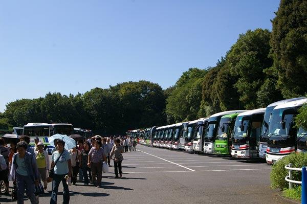 大量のバスで乗り付ける!