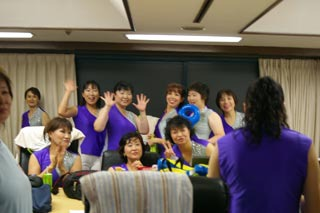東京から参加の皆さんの控え室。カメラを向けると一瞬でポーズしてくれる