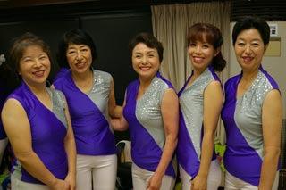 踊るわよ! (いちおう、左から2番目が私の母です。しかしみなさんいい笑顔)