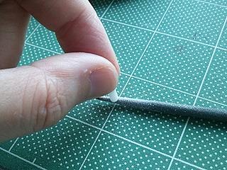 クロスさせるプラ棒の断面を凹型にする。ログハウスの要領だ。
