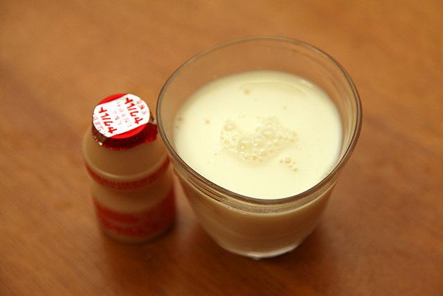 右、ドロッとしてやや黄色くなった牛乳。ヤクルトになったのか?