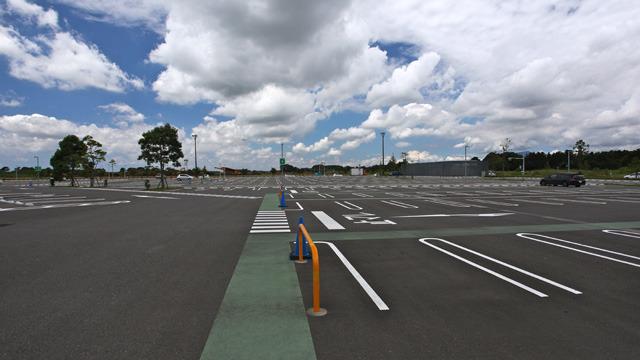 空と森と駐車場