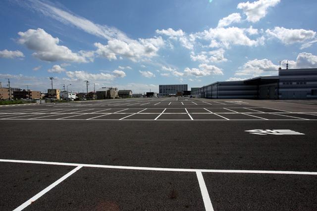 こんなに広くて何も停まっていない駐車場見たことない