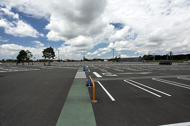 立体駐車場のスロープをくぐるとその奥にも広大な駐車場が