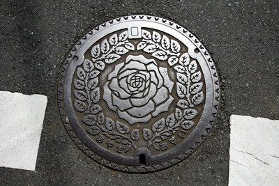 マンホールにもバラの花があしらわれるなど、バラ推し