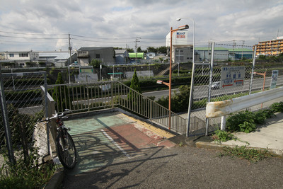 綾瀬バス停へはここから入る