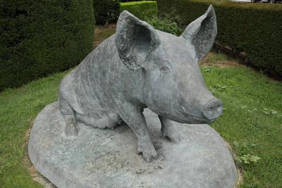 幸せそうな豚像の表情が切ない