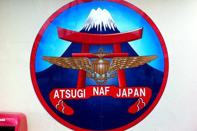 厚木基地のシンボルマークは富士山と鳥居だ