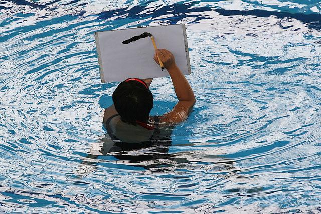 立ち泳ぎしながら、筆で字を書く!