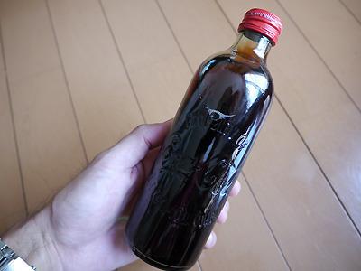 コカコーラは復刻ボトルが出ていたのでつい買ってしまったのだけれど、こんな形状していた時代があったんですかね。