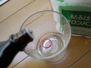 バニラエッセンスは1滴(コップに入っているのはキャップの切れ端。事故です)