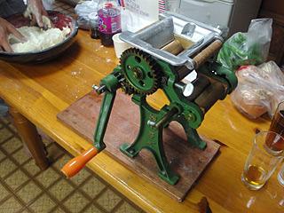 この製麺機を使ってラーメンを作るらしい。この日、製麺機と洗面器を聞き間違える事故が多発した。
