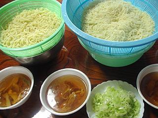 温かいラーメンかと思ったら冷しつけ麺だった。刃が二種類あるので、太麺と細麺が楽しめる。