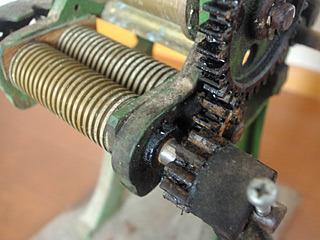 回るのか、この歯車。切れるのか、この麺切り用刃。