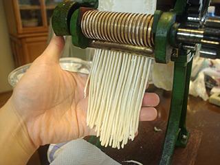 ハンドルを回すだけで、夢の自家製中華麺がニョロニョロとできあがっていく。