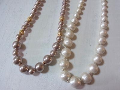 さすがに本真珠のネックレスは持っていないので、普通のプラスチックパールで比較