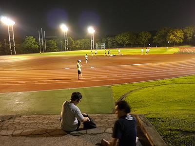 貸し切りの競技場は開放感抜群。ナイター照明はテンション上がる。