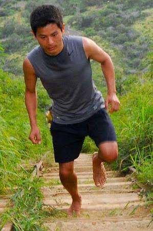 一般社団法人日本ベアフット・ランニング協会理事長 吉野剛さん(協会HPより)。こんな感じで山道なども走るそうです。