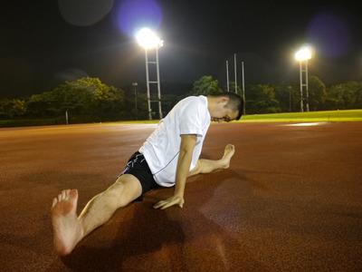 入念に準備運動。股割りも快調。さあ、裸足で走るよ!