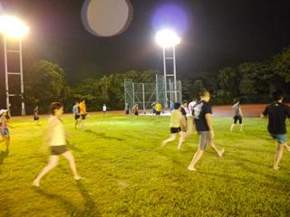スキップのような動きや前後移動などで、裸足ランニングの基本的な動きの要素を練習。