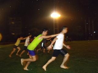 二人組みになっての練習もあり。前傾と蹴り上げない感覚を練習。