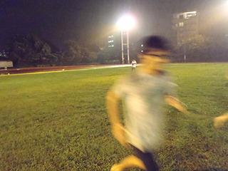 雨の中を裸足で走り、童心にかえると言うか野生に戻ったように走り回る安藤さん。カメラで捕らえられない。顔は半笑い。